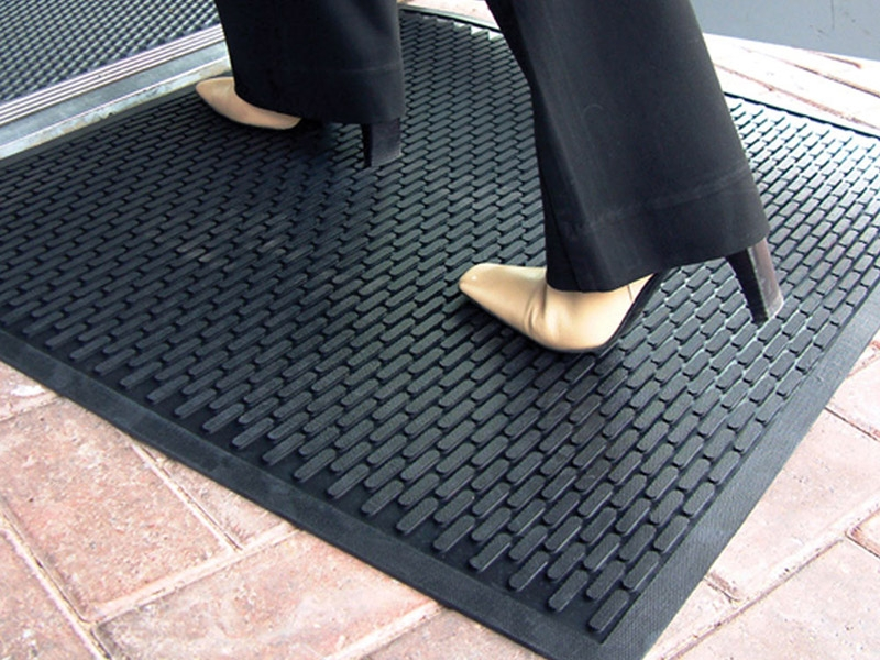 The washable entrance mat in action