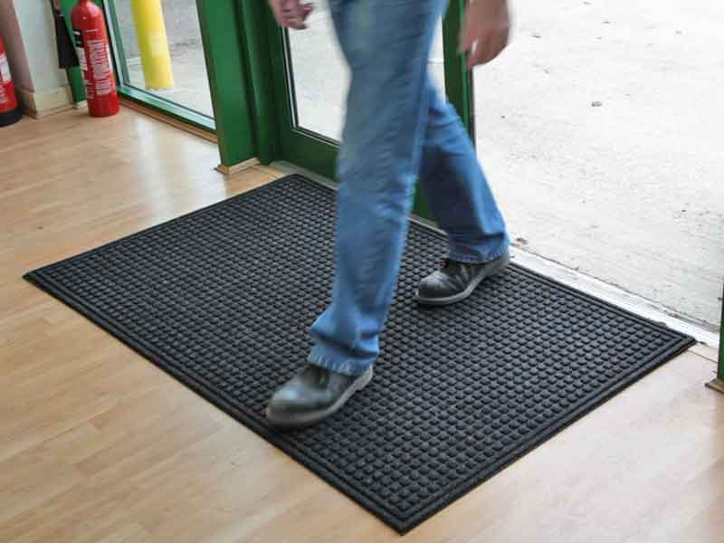 Entrance mat has a nonslip recycled rubber back